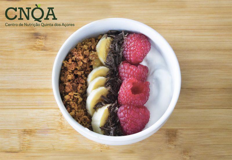 receita de fruta com iogurte e granola