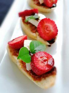 Bruschettas de Pasta de Tomate seco, Queijo fresco e Morangos