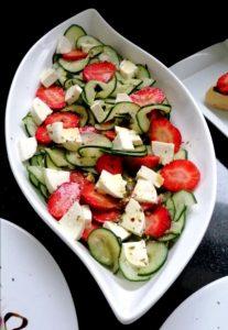 Salada de Pepino Espiralizado e Morangos com Queijo Fresco