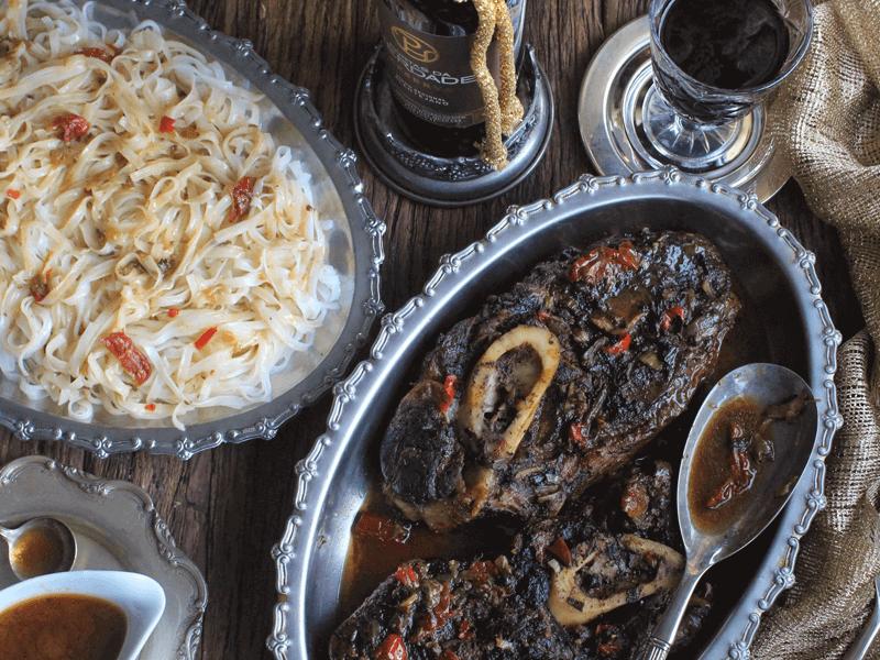 receita de cozimento lento de pá de novilho com cebola, tomate seco e rum