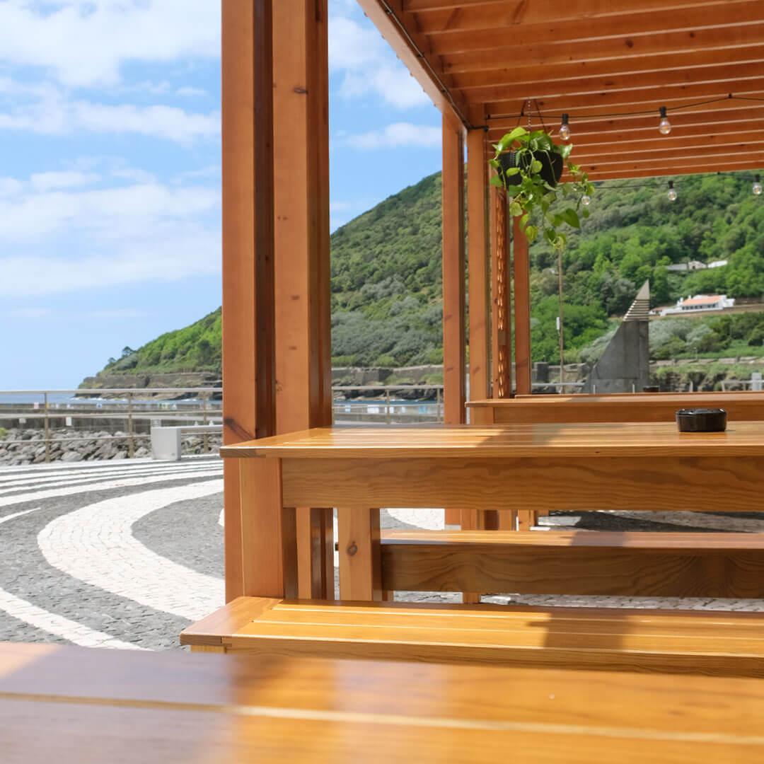 esplanada no centro da cidade de angra na ilha terceira